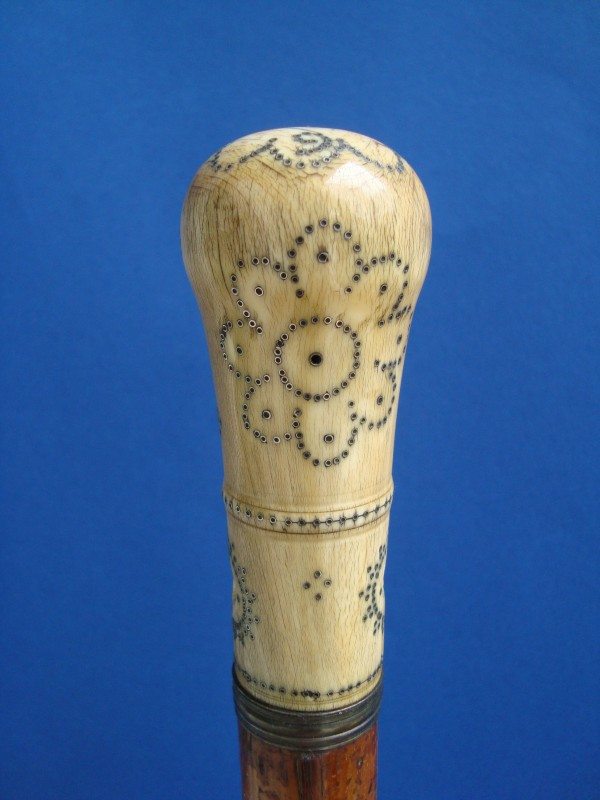 An ivory piquè knob