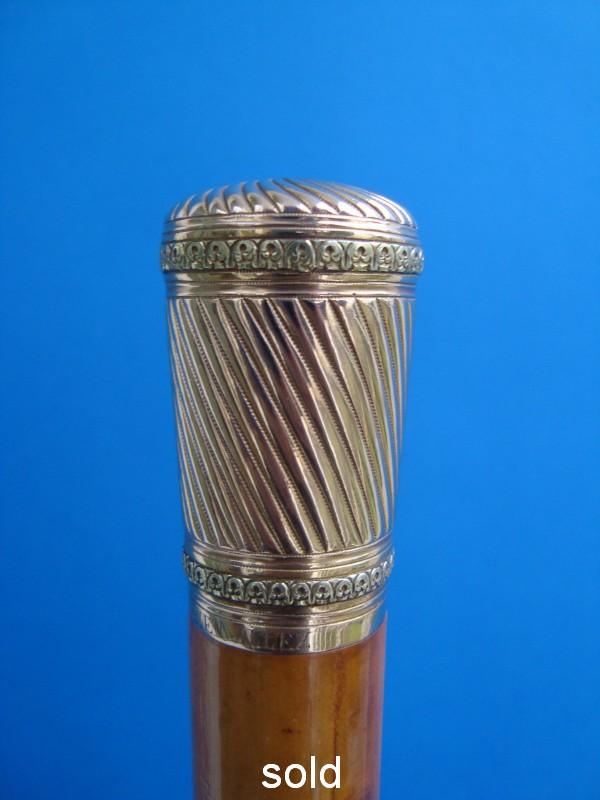 A 18ct gold knob
